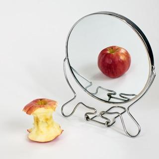 تناول الطعام أمام المرآة