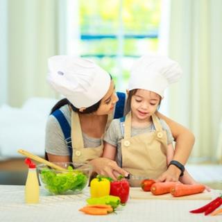 دع طفلك يساعدك في المطبخ