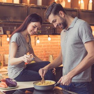 2. قوموا بإعداد وجبة صحية معًا