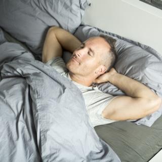 النوم على ظهرك وذراعيك بالقرب من راسك