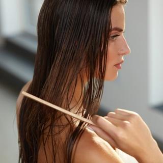 تمشيط شعرك وهو مبلل