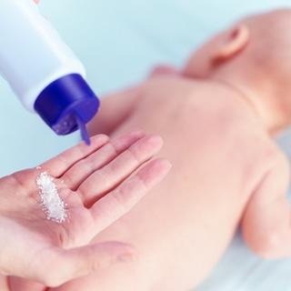 في حالة إصابة طفلك بطفح الحفاظ استخدمي مسحوق التلك