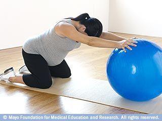 التمديد الخلفي باستخدام كرة اللياقة البدنية