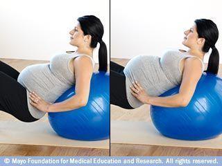 إمالة الحوض باستخدام كرة اللياقة البدنية