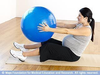 تدوير الجذع باستخدام كرة اللياقة البدنية