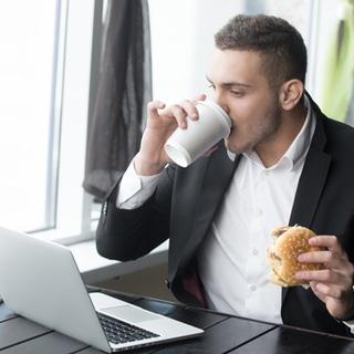 لا تأكل على مكتبك