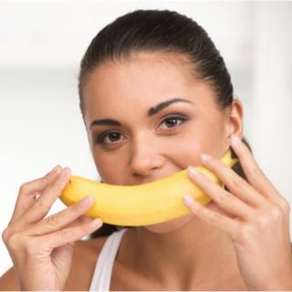 طريقة تبيض الأسنان بقشر الموز