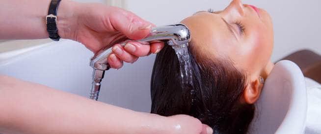 طريقة غسل الشعر الصحيحة والصحية