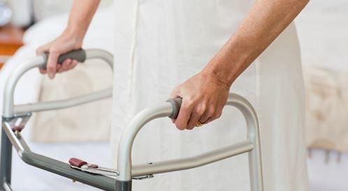 كيف يتم اختيار عصا المشي  وكرسي المشي للمسنين؟