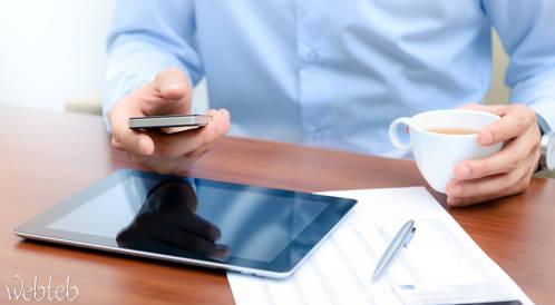 الهواتف الذكية: وسيلة تواصل أم انعزال؟