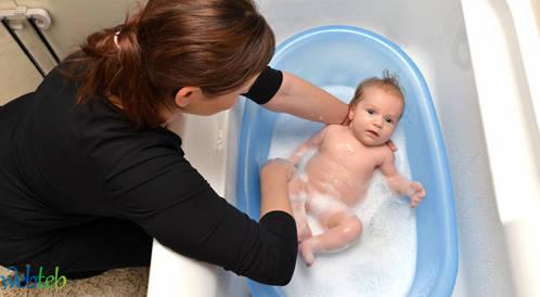 استحمام الطفل الرضيع والعناية بنظافته