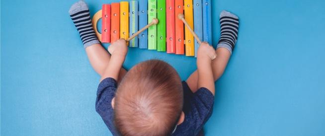 أهمية اللعب والألعاب في تطوير ذكاء الطفل وإدراكه