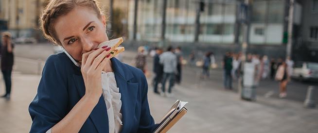 دراسة: تناول الطعام أثناء المشي يزيد الوزن