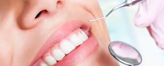 اسباب تغير لون الأسنان وطرق تبييضها