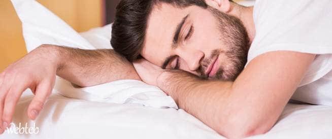 النوم على البطن مضاره وآلامه