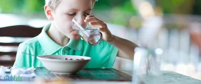 هل يمنع شرب الماء أثناء تناول الطعام؟