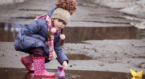 هل يكتسب الطفل مناعة من اللعب في الطبيعة؟