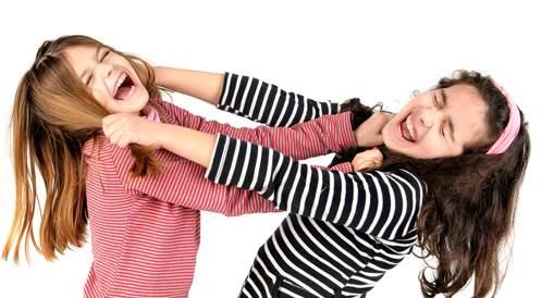 تَنافُسُ الأَشِقَّاء: مساعدة أبنائك على الانسجام معاً