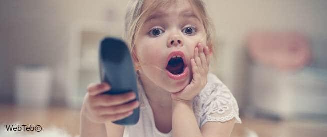 الأطفال والتلفاز: الحدّ من وقت جلوس طفلك أمام الشّاشة