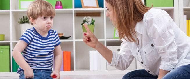 6 عادات سيئة تتبعينها مع طفلك