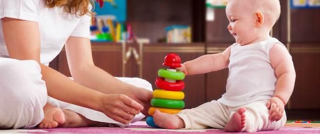 لعب الطفل في عامه الأول: طرق تعزيز ذكائه ومهاراته