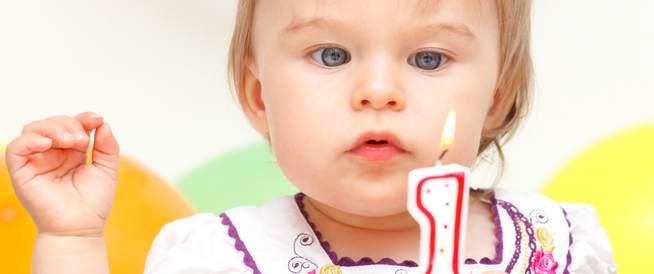 العلامات الطبيعية في نمو الطفل مع عمر 12 شهراً