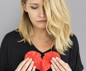 القلب المنكسر: ما هي حقيقة ارتباط الأزمات النفسية والعاطفية بالنوبات القلبية