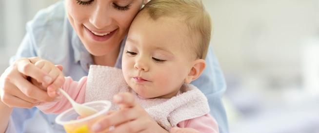 دليل تغذية الرضيع من عمر 8 شهور حتى السنة