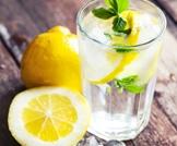 تناول الماء والليمون بكثرة
