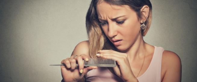 ترقق الشّعر وتساقطه: الأسباب وحقيقة العلاجات الطبيعية