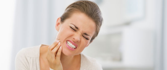 كيف يمكن علاج تآكل الأسنان الأمامية؟