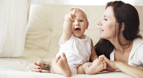 متى يبدأ طفلي بالكلام؟