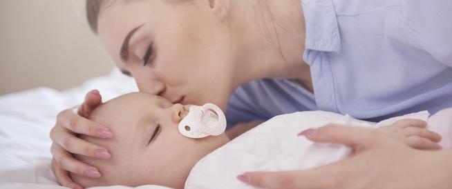 فوائد نوم الطفل بجوار والديه