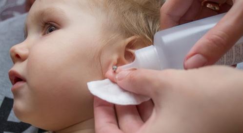 هل ومتى أثقب لطفلتي أذنها؟