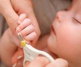 هل وكيف أقصّ أظافر طفلي؟