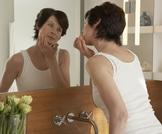 شعر الذقن لدى المرأة: الأسباب والعلاج