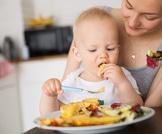 تتطور مهارة الاكل عند الاطفال