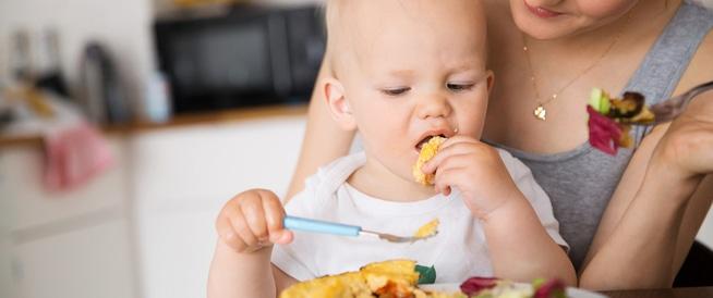 متى أسمح لطفلي أن يأكل بشكل مستقل؟