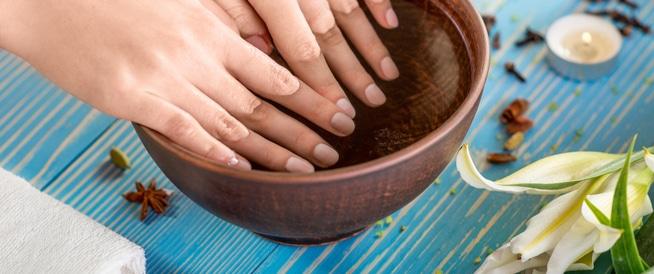 أفضل المواد والطرق لتنظيف الأظافر