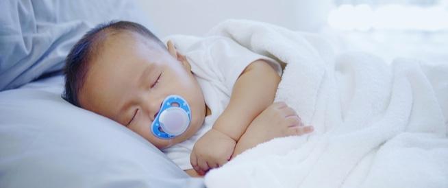 نوم طفلك لوحده: كيف ومتى