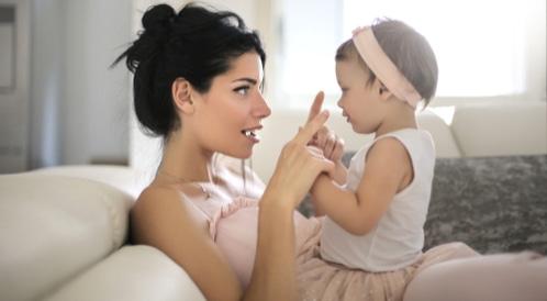 كيف أساعد طفلي وأحفزه لاكتساب اللغة؟