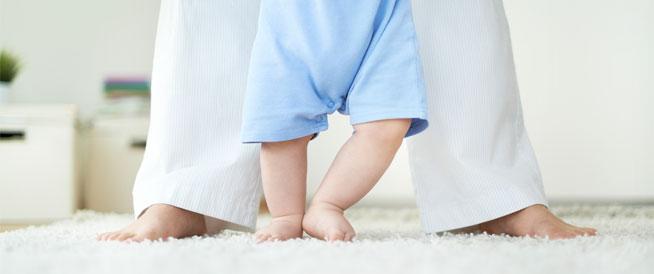 كيف أساعد طفلي على المشي؟