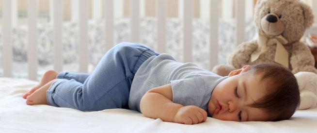 نوم الرضيع على بطنه: متى يكون آمناً؟