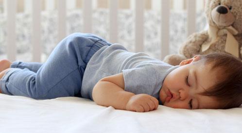 مخاطر نوم الرضيع على بطنه