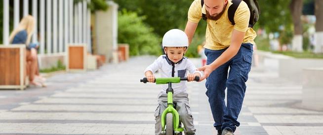 متى وكيف أعلم طفلي ركوب الدراجة؟