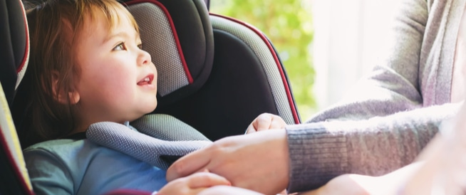 أخطاء ترتكبينها بالسيارة قد تهدد صحة طفلك
