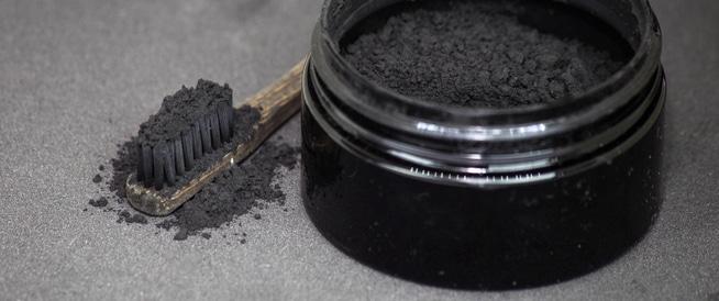 تبييض الأسنان بالفحم حقيقة أم وهم؟