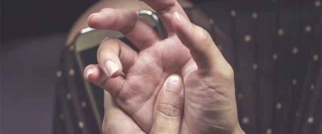 آلام الأصابع: أسباب شائعة وطرق علاجها