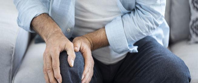 آلام الركبة في الشتاء: أسباب وعلاج