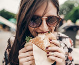 مخاطر تناول الطعام سريعاً